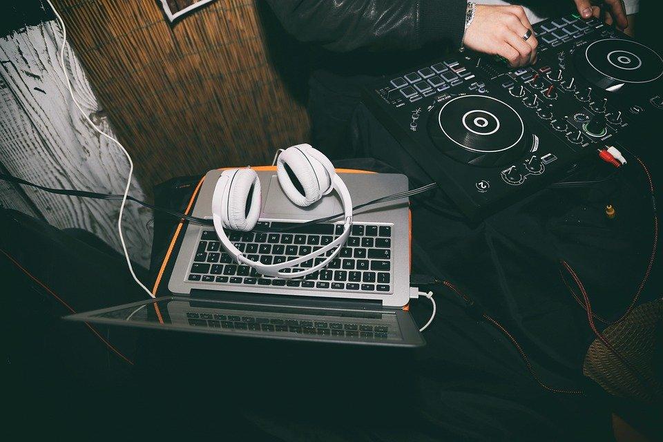 Top 6 Best Headphones for Musicians AllOntario